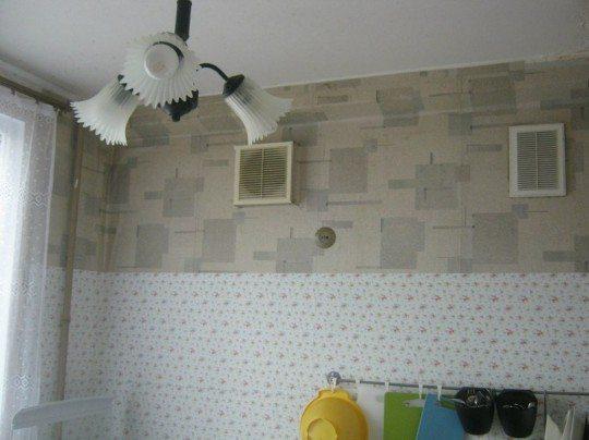 В сталинках можно увидеть две вентиляционных решетки в помещении кухни. Одна из них открывается в дымоход: дома строились под печное отопление.